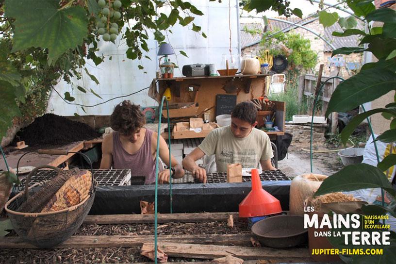 Image du film documentaire Les mains dans la terre d'Antoine Trichet